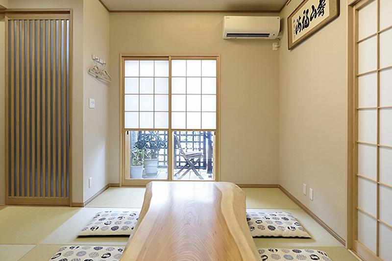 間接照明を生かした折り上げ天井のリビング。高級旅館を思わせる居心地です。ケヤキの座敷机は特注です。