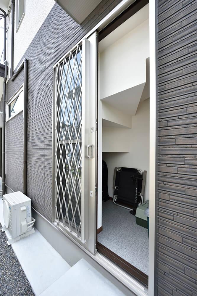 階段下のデッドスペースを利用して、 屋外から出し入れ可能な収納庫に。