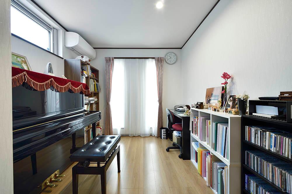 ピアノ講師をされている娘様のお部屋。トリプルサッシで防音も完璧に。