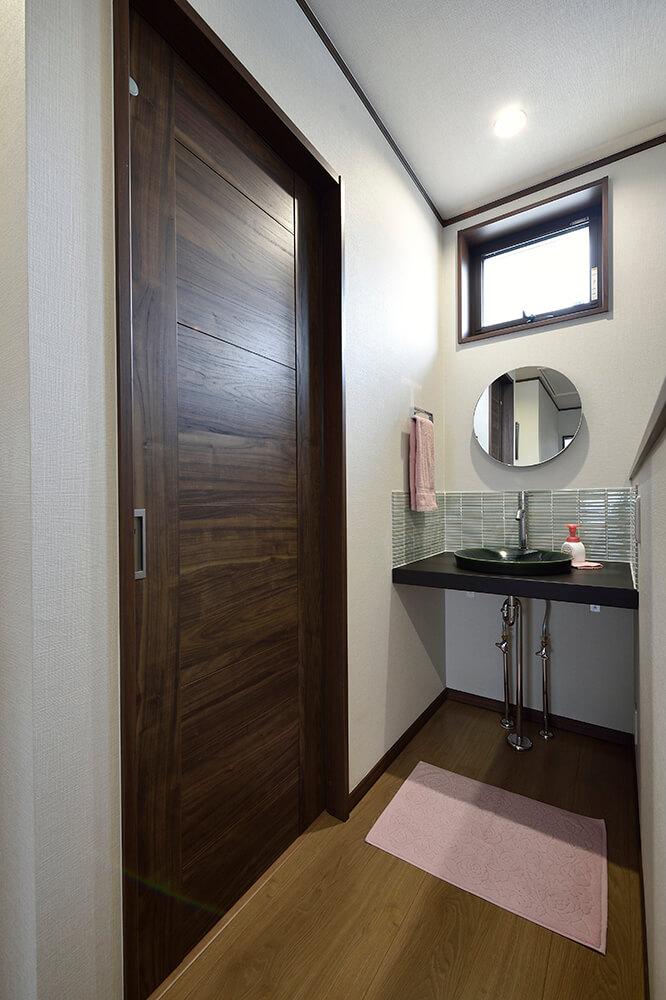 陶製ボウルをタイルで囲んだ 和モダンなカウンター式の洗面台がお気に入り。