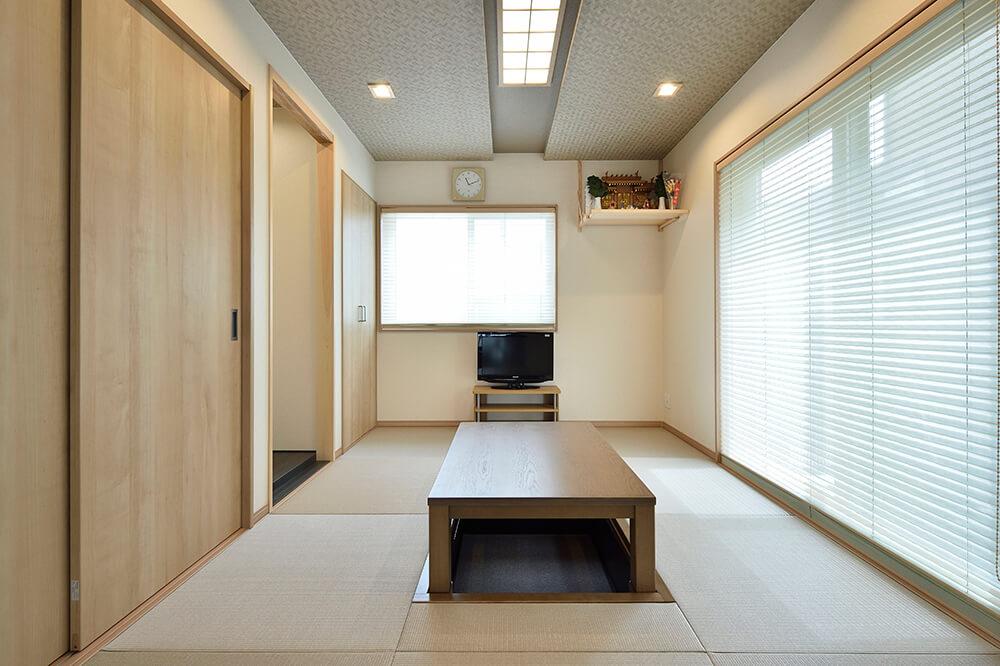 掘りごたつを備えた和室はくつろぎ度満点。 折り上げ天井で格調高い雰囲気。