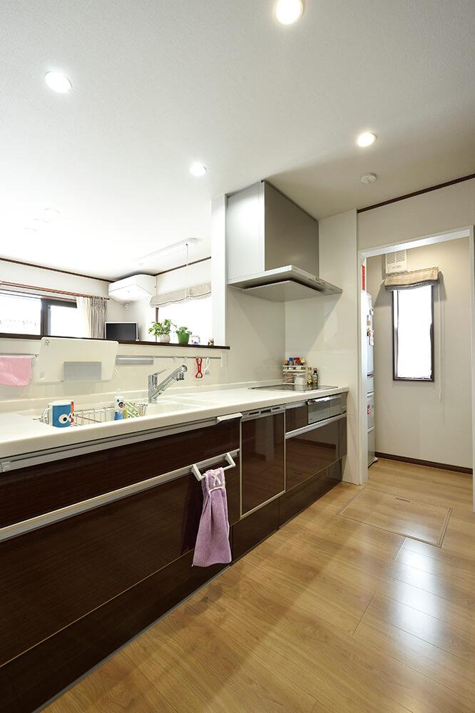 ダークブラウンで統一された キッチンの奥には、大容量のパントリーを設置。