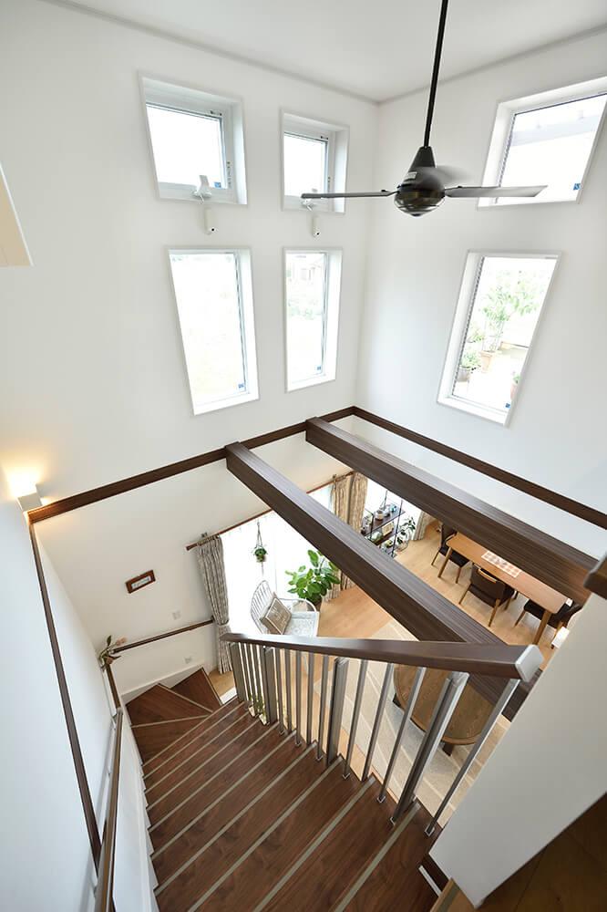 吹き抜けと梁見せ天井の相乗効果で30坪弱の敷地面積とは思えないほどの開放感。