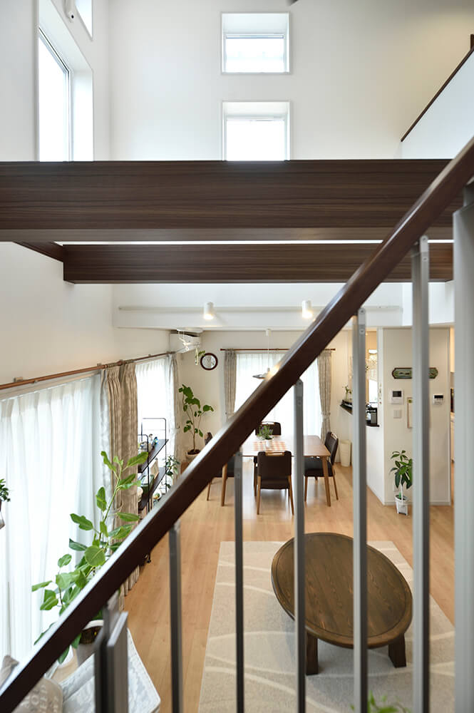 リビングに閉塞感を与えない オープン手すりを採用した階段がアクセント。