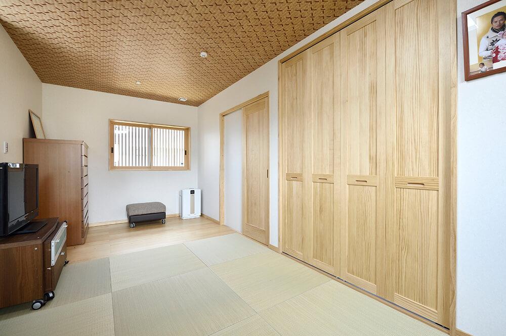 「眠るときは布団は」とおっしゃるH様の寝室は畳敷き。家具を置くため一部を床に。