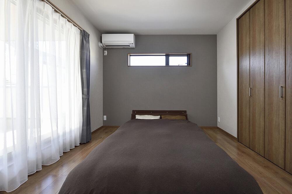 寝室を広く見せられる、スタイリッシュなローベッド。これ も夫婦のお気に入り。