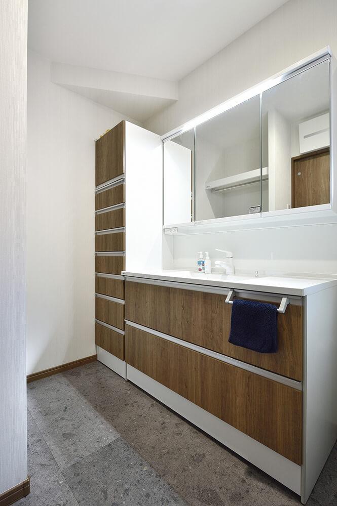 トールキャビネットが付いてたっぷり収納できる洗面台。タオルや下着、コスメも中に。