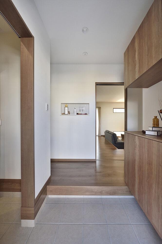 居住空間ではない玄関は、シューズクロークを備えながらもすっきりとコンパクト。