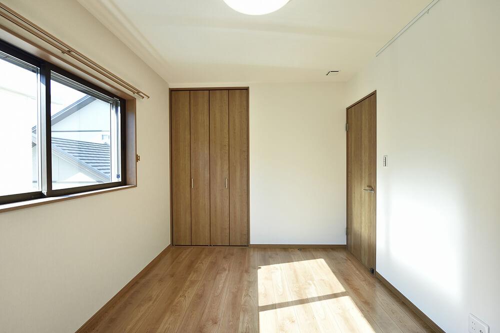 木目を活かしたシンプルな洋室は、子ども部屋として活用する予定。