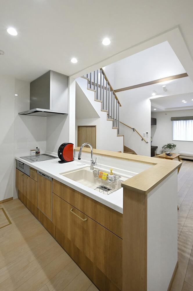 すっきりとシンプルなキッチンは、カーブのついた水栓がポイント。
