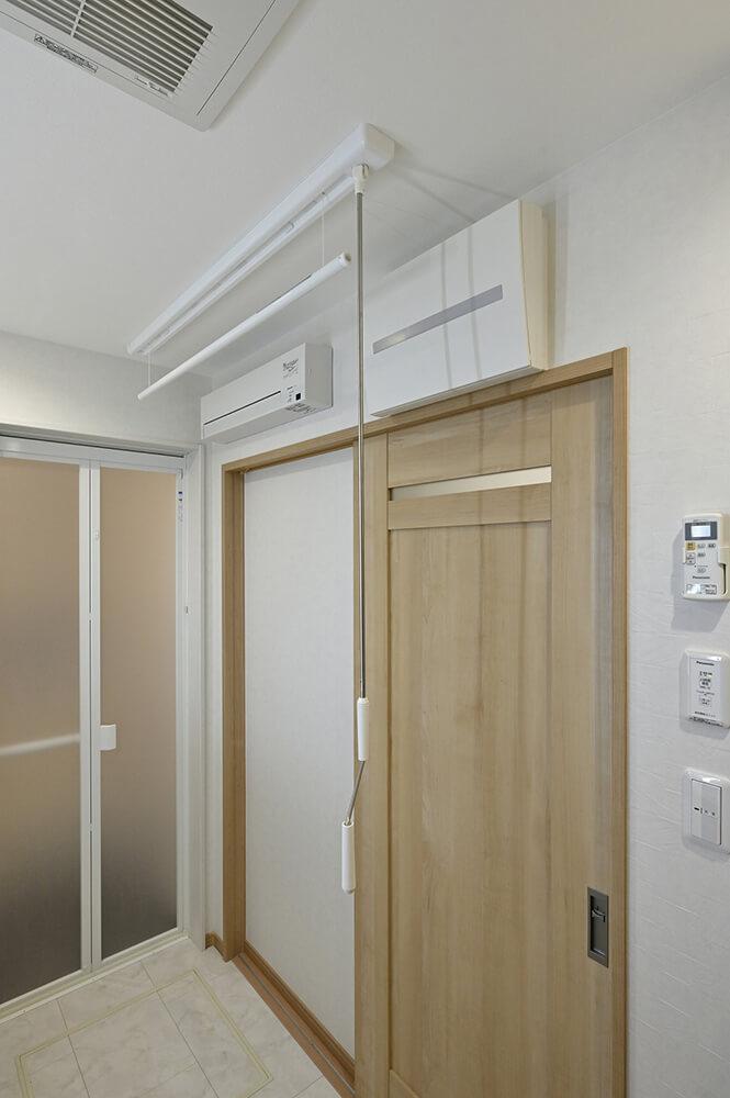 洗濯機から出してすぐに干せるよう、室内用物干しと送風&換気のファンを設置。