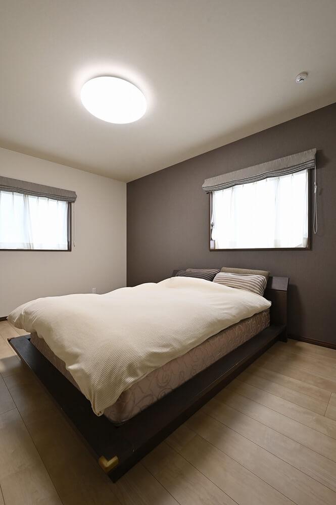 風通しのよい主寝室は夏場でもエアコン要らず。断熱性が保たれて冬場でも暖か。