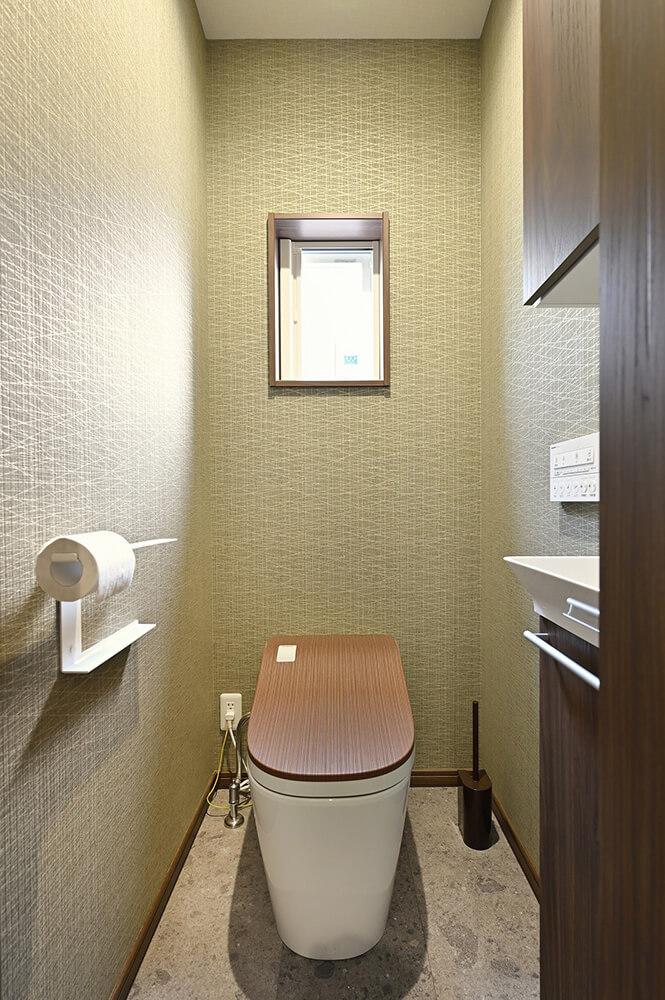 大人が安らぐ和風モダンなインテリア。トイレのフタまで木目調のこだわり。