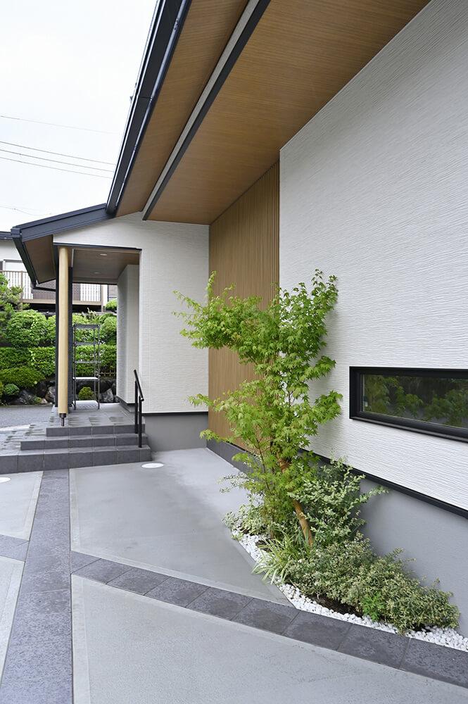 木目調の軒天と格子、玄関ポーチの丸太柱が和の雰囲気を醸し出します。