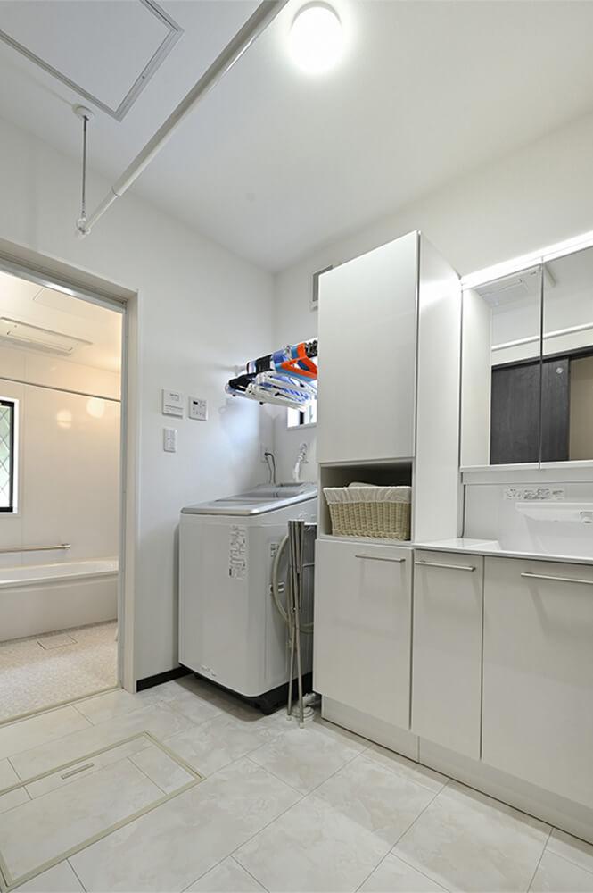 家族みんなの洗濯物をまとめて干せるよう、浴室と洗面室に暖房乾燥機を取り付けられました。