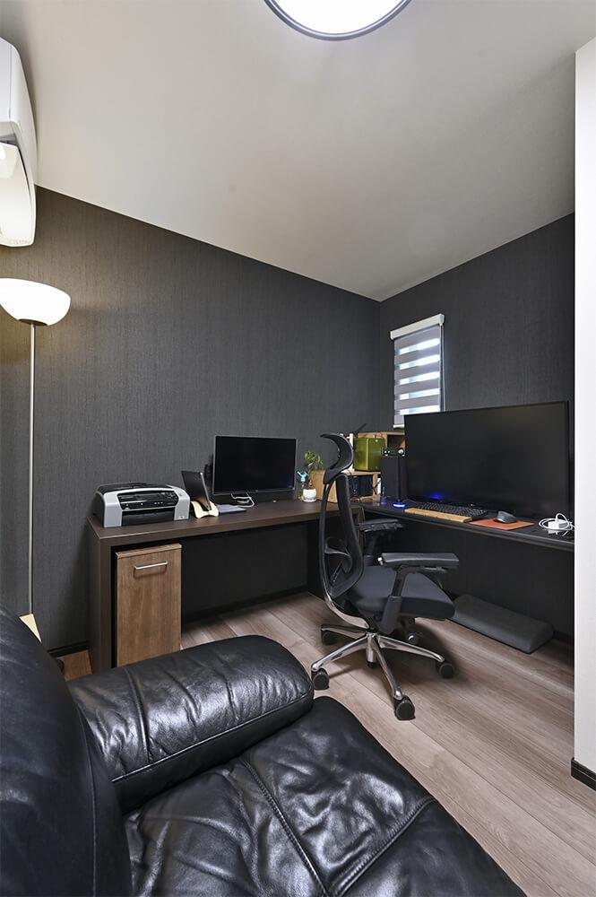 ご主人の書斎。パソコンモニターが見やすいよう、換気のための小窓だけを設置されました。
