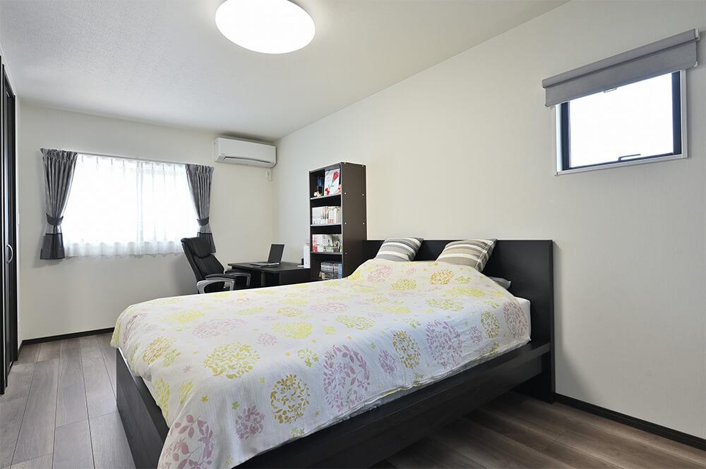 夫婦別々のウォークインクローゼットを備えた主寝室。Nさんのリモートワークもこのお部屋で。