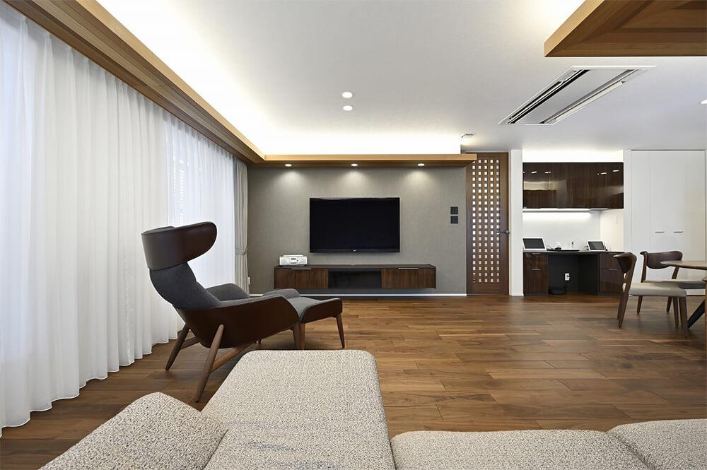 下がり天井の間接照明で柔らかな光を演出。カーテンを閉め切っても充分明るさを得られます。