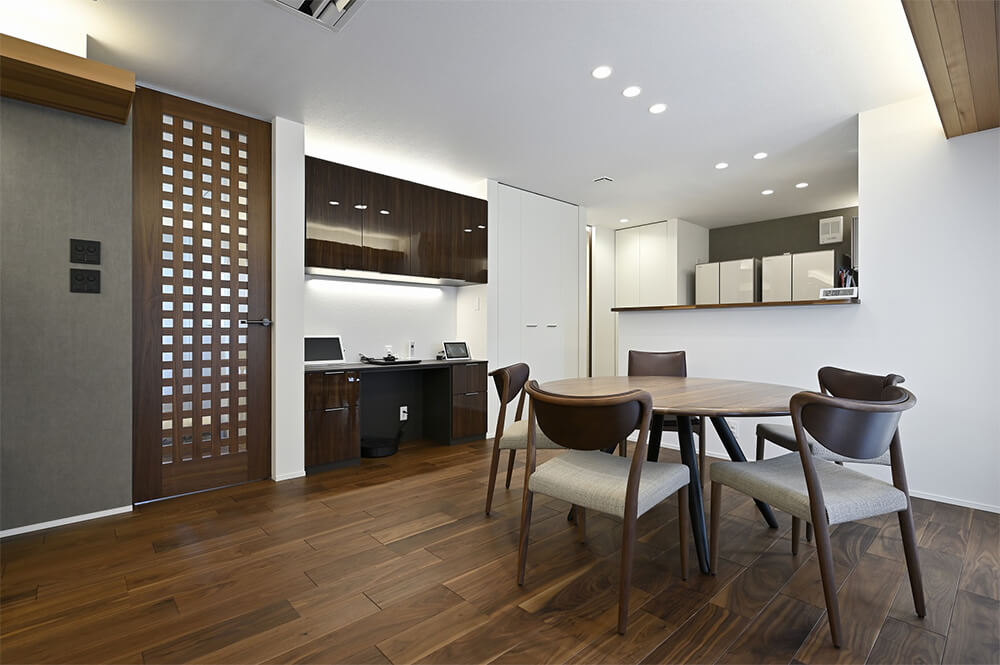 清潔感いっぱいの純白の空間に、天然の木目を生かしたウォルナットの床材がよく映えます。