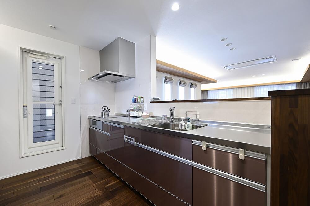 水や熱、サビにも強いクリナップのステンレス製システムキッチンを導入。奥様のこだわりです。