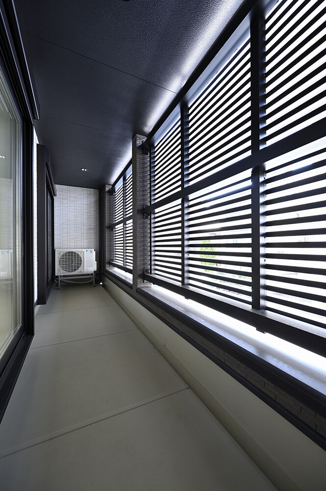 ルーバーで覆われたバルコニー。自然 光を採り入れながら、視線を遮る目隠し効果も。