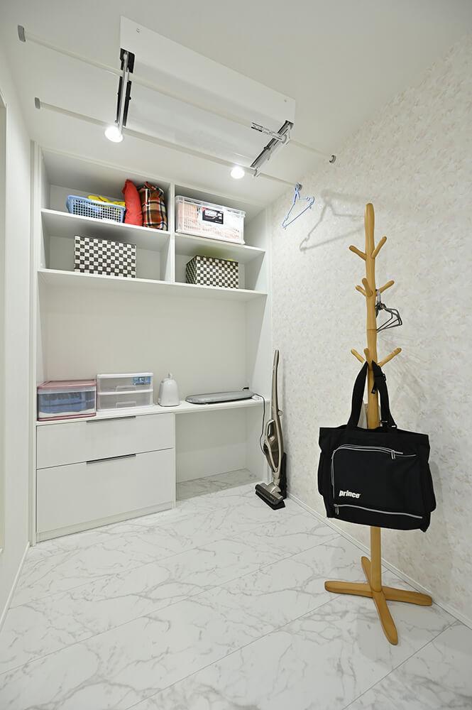 バルコニーに直結した奥様の家事室。 外干しはもちろん、換気乾燥暖房機で室内干しも可能です。