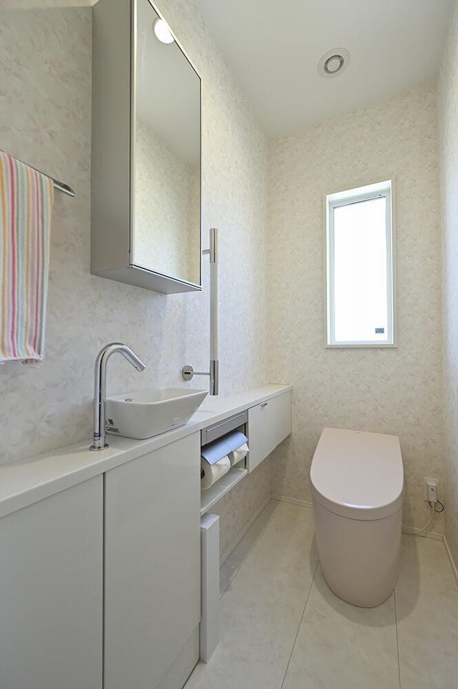 スタイリッシュな1 Fトイレとは対照的に、キュートなパステルピンクを選ばれました。