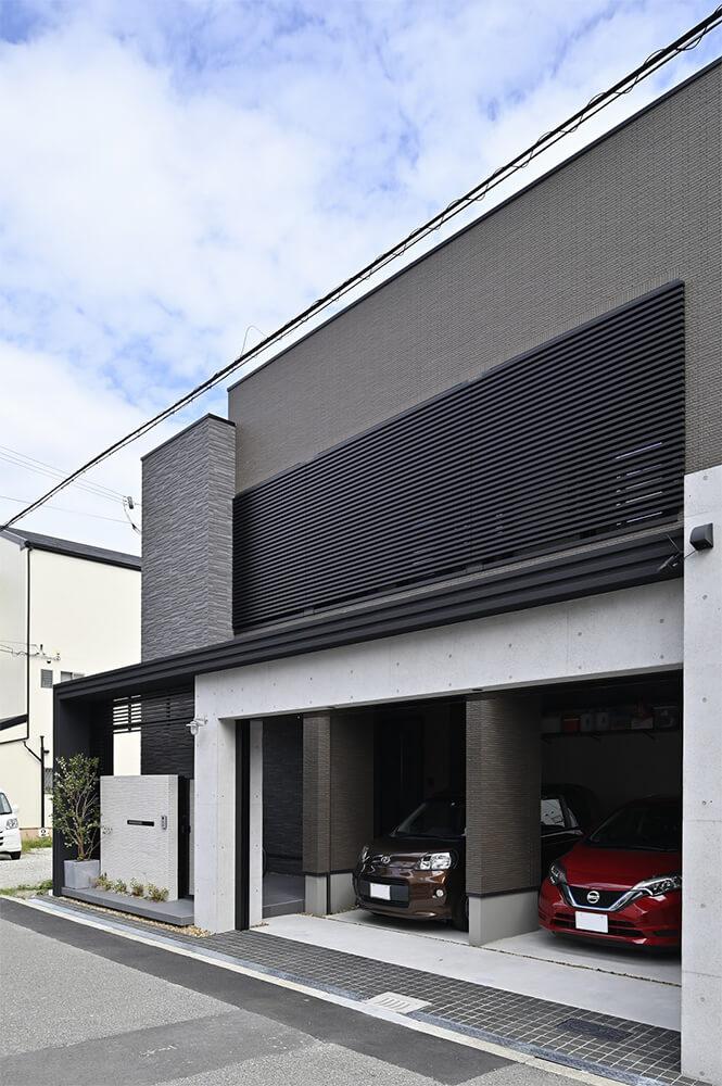 2台分のスペースを確保したビルトインガレージ。鉄筋コンクリートで補強されています。