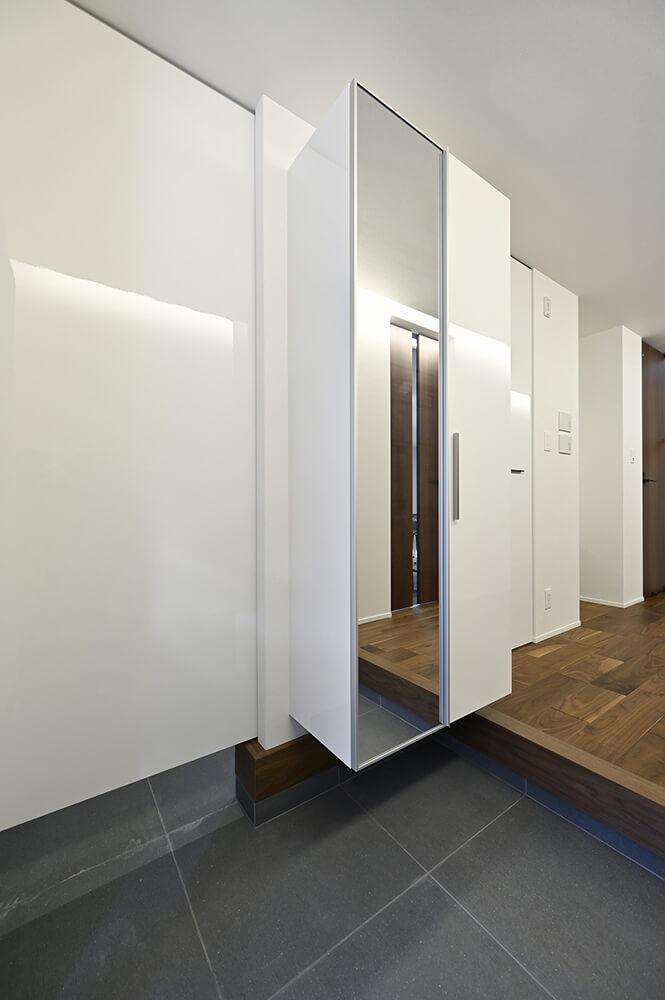 二手に分かれる玄関は、手前がお客様専用で奥がプライベート用。