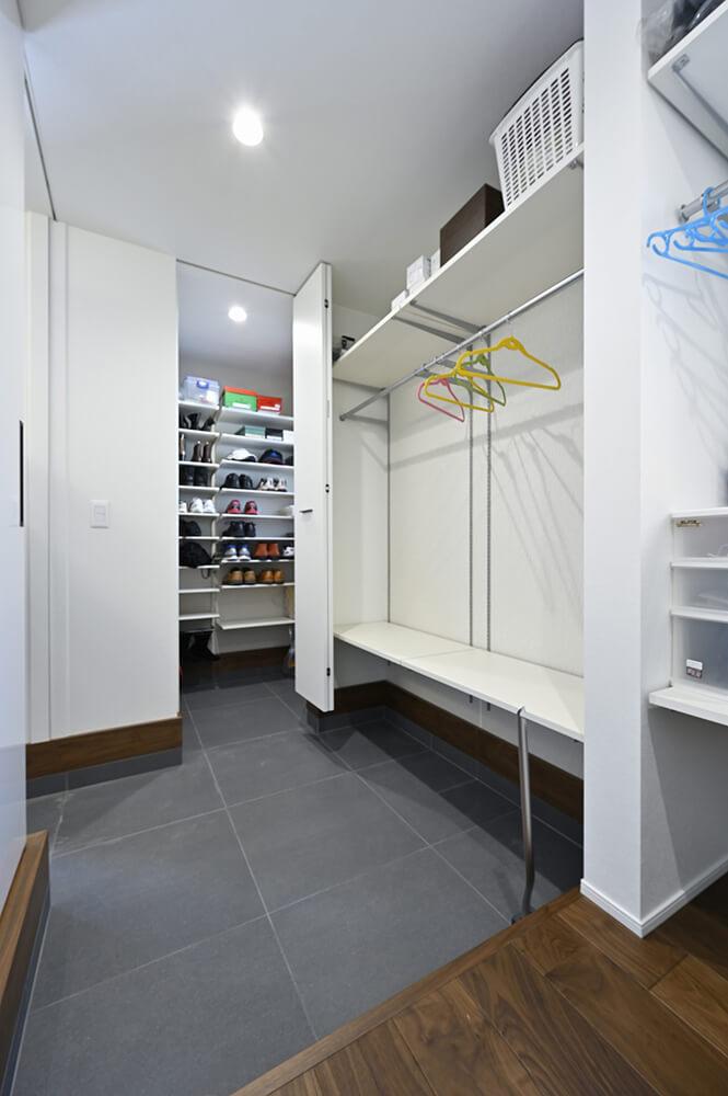 ご家族用の玄関には、大容量のシューズクロークとクローゼットを完備されています。