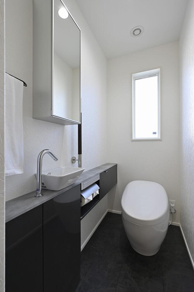 数々のデザイン賞に輝いたTOTOのウォシュレット一体型トイレを採用。